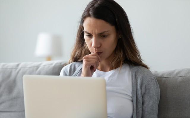 Kvinde læser tekst som får hende til at tænke